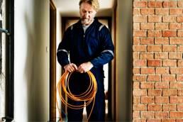 Monteur verlegt Kabel